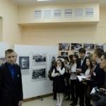 """Экскурсию по выставке """"Семейных фотохроник""""проводят и снимают сами школьники"""